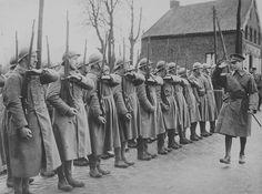 1939, France, H.M. King George VI passe en revue des soldats français