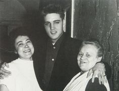 A king's touch: Elvis posing with two cleaning ladies at the Bayerischer Hof. Photo: Archive Unterbichl Meier