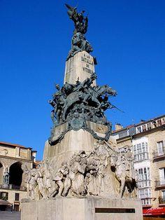 Monumento a la Batalla de Vitoria (1813),en la Plaza de la Virgen Blanca,Vitoria-Gasteiz.Denkmal der Schlacht von Vitoria vom 21.Juni 1813.Unter dem alliierten Oberbefehl Wellingtons gegen den französische Marschall Jourdan verloren die Franzosen hier ihre letzte Schlacht in Spanien. Insgesamt starben hier ca.10000 Soldaten.Der Rest der französischen Armee floh und ließen eine große Menge wertvolles Beutegut und Kanonen auf dem Schlachtfeld zurück,das die Allierten Soldaten für sich…