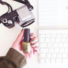 Gorgeous + subtle - green nails.