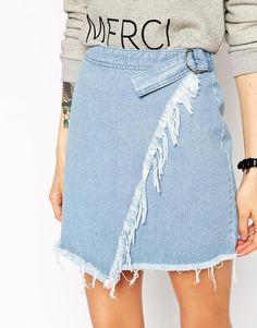 Asymmetrischer Jeans-Minirock mit Wickeleffekt und ungesäumter Kante