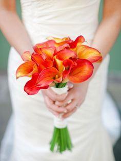 Die Calla in feurigen Farben als Hochzeitsbouquet ist einfach traumhaft…