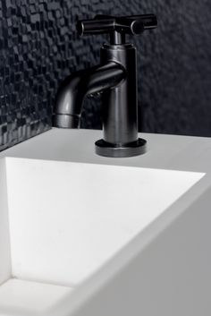 fonteintje in beton concrete toilet sink 8r made concrete sinks 8r gemaakte betonnen. Black Bedroom Furniture Sets. Home Design Ideas