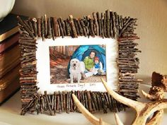 In this article I'm going to show you some Lovely DIY Photo Frame Crafts That Are Easy To Make. Diy Photo, Cadre Photo Diy, Photo Craft, Diy Father's Day Gifts, Great Father's Day Gifts, Father's Day Diy, Awesome Gifts, Picture Frame Crafts, Wooden Picture Frames