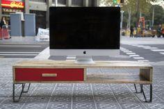 Mueble de TV hecho con palet recicladoAlto del mueble : 32Ancho del mueble : 120Fondo del mueble : 38Mueble de TV estilo retro. El cajón está hecho con caja de vino reciclada. Tirador de hierro. Las patas de hierro de este mueble de TV están hechas a mano. La madera del mueble de tv hecho ha sido barnizada con capa incolora para respetar su color y aspecto original, mejorar su conservación y facilitar la limpieza. La altura de las patas de este mueble de tv puede...
