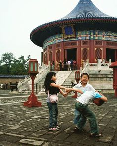 Tuesday Est. 1420 : Children enjoying their day at the Temple of Heaven.      #travel #artofvisuals #instatravels #igtravels #instagood #beautifuldestinations #passionpassport #discovertheworld #discoverearth #earthofficial #travelstoke #travelblogger #doyoutravel #theglobewanderer #worlderlust #streetsnaps #TravelBug #TravelPics #TravelMore #wander #TravelAddict #wanderlust #china #visitchina #beijing #beijinglife #templeofheaven #architecture #kids #play