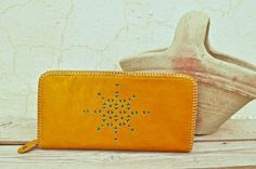 Etsy のYellow Genuine Goat Leather Zipper Wallet / Purse(ショップ名:SaharartDouz)