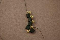 Learn How to Make a Fancy Tila Bead Bracelet With This Free Pattern - Schmuck Selber Machen Beaded Bracelets Tutorial, Beaded Bracelet Patterns, Beading Patterns Free, Beading Tutorials, Free Pattern, Bead Jewellery, Seed Bead Jewelry, Swarovski Bracelet, Beaded Earrings