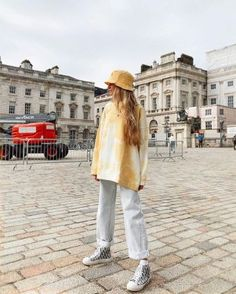 Ganni White And Yellow Cotton-jersey Sweatshirt of Olivia Frost on the Instagram account of Simple Casual Outfits, Trendy Outfits, Cute Outfits, Fashion Outfits, Rasheeda Frost, Poses, Crop Top Outfits, Sweatshirt Outfit, My Outfit