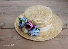 Canotier de flores y copa baja modelo Boltaña en color crudo, celeste y malva by…