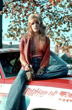 "In early when Stevie Nicks joined Fleetwood Mac, she was more into music than drugs. But by going into the making of Fleetwood Mac's ""Rumors"". Look Retro, Look Vintage, Vintage Denim, Stevie Nicks 70s, Stevie Nicks Fleetwood Mac, Stevie Nicks Young, Fleetwood Mac Shirt, 1970 Style, 1970s Style Outfits"