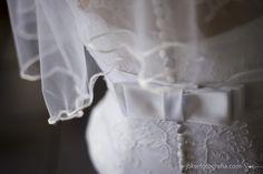 Detalhes do vestido de noiva - laço e botões delicados