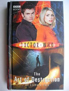 """Il romanzo """"The Art of Destruction"""" di Stephen Cole è stato pubblicato per la prima volta nel 2006. È al momento inedito in Italia. Ha come protagonisti il Decimo Dottore e Rose Tyler. Immagine di copertina della BBC. Clicca per leggere una recensione di questo romanzo!"""
