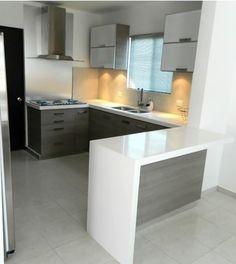 Cocina color cenizo con cubierta de cuarzo blanco absoluto. Te gusta? Informes: proyectos@interioresyexterioresgrand.com.mx