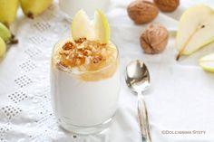 Morbida, cremosa ed irresistibile la Mousse di Yogurt, Pere e Noci. Un dessert perfetto in qualsiasi occasione della giornata.