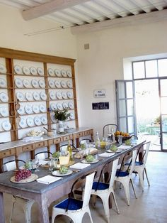 zinc table, great chairs, wall of plates. Diy Dining Room Table, Kitchen Dining, Dining Set, Country Kitchen Shelves, Table With Bench Seat, Zinc Table, Fine Dining, Decor Interior Design, Decoration