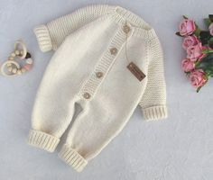 Baby Sweater Knitting Pattern, Knit Baby Sweaters, Toddler Sweater, Knitted Baby Clothes, Cute Baby Clothes, Baby Knitting Patterns, Baby Romper Pattern, Cardigan Bebe, Baby Cardigan