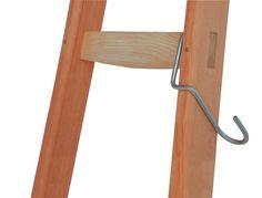 Voor gebruik op een ladder. De knik zorgt dat de mand of emmer langs de ladderboom hangt. De haak is van RVS