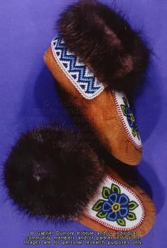 The Virtual Museum of Métis History and Culture Native Beading Patterns, Beadwork Designs, Native Beadwork, Native American Moccasins, Native American Regalia, Native American Beading, Beading Projects, Beading Ideas, Baby Moccasin Pattern