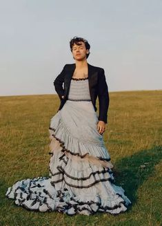 """Harry Styles pierwszym mężczyzną na okładce """"Vogue"""" USA wystąpił w sukience - Noizz"""
