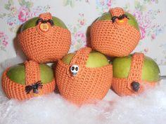 halloween apple cosy Halloween Apples, Cosy, Crochet Earrings, Crochet Hats, Fashion, Amigurumi, Knitting Hats, Moda, Fashion Styles