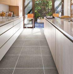 La collection de lattes de vinyles CLEO est un nouveau type d'expérience de revêtement de sol et une nouvelle façon de penser aux matériaux que vous installez dans votre maison. Grâce à sa construction éco-prospective, à son revêtement sans solvant et à son impression haute fidélité, la technologie exclusive de CLEO permet de construire des sols aussi sûrs et responsables que respectueux de l'environnement, à la fois stupéfiants et réalistes. Luxury Flooring, Stair Nosing, Wall Installation, Floor Patterns, Plank Flooring, Tile Floor, Lattes, Construction, Home