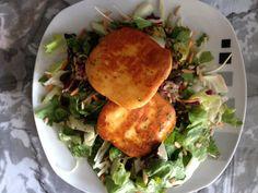 Grillkäse mit Salat und Aldi-Salattopping (Pinienkerne, Sonnenblumenkerne und Kürbiskerne)