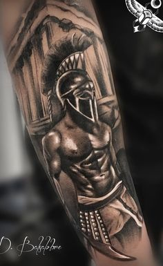 40 Tatuagens de gladiadores sensacionais para se inspirar - Fotos e Tatuagens Cool Forearm Tattoos, Cool Small Tattoos, Tattoo Studio, Gladiator Tattoo, Soldier Tattoo, Ray Tattoo, Spartan Tattoo, Greek Mythology Tattoos, History Tattoos