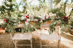 decoração de jardim para casamentos - Inclusive, tudo depende de como você integra a madeira à decoração. Use flores naturais para tornar a decoração de madeira mais delicada.