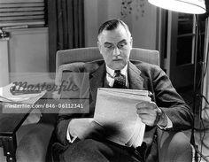 846-06112341em-1930s-1940s-OLDER-BUSINESSMAN-SITTING-IN-CHAIR-READING-NEWSPAPER.jpg (450×349)
