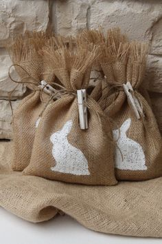 Easter gift bags out of jute with a white rabbit application | Easter . Ostern . Pâques | FourRDesigns @ Etsy |