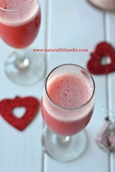 This Strawberry Bellini is the ultimate holiday cocktail! Two simple ingredients combine for a refreshing sparkly drink to make your holiday complete. Fruity Drinks, Smoothie Drinks, Yummy Drinks, Alcoholic Beverages, Smoothies, Easy Cocktails, Holiday Cocktails, Cocktail Recipes, Strawberry Bellini