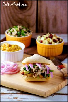 Exotic Chicken Sandwich with Banana Curry Hawaiian Roll Sandwiches, Sandwiches For Lunch, Delicious Sandwiches, Soup And Sandwich, Chicken Sandwich, Wrap Sandwiches, Gourmet Sandwiches, Healthy Chicken Recipes, Meat Recipes