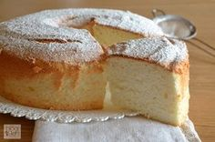 Angel cake, ricetta statunitense a base di soli albumi, una torta soffice e leggera, senza grassi.