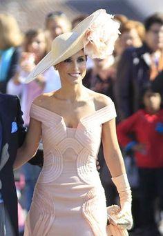 Sin palabras nos dejó Paloma Cuevas con el impresionante pamelón que decidió lucir en la boda del año (por lo menos en lo que a pamelas y to...