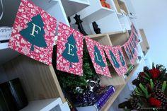 bandeirinha escrito feliz natal para decorar a mesa.