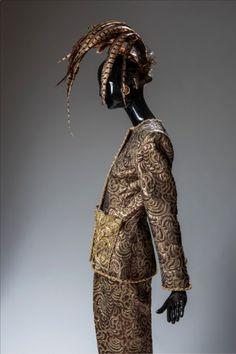 Givenchy en el Thyssen: y la moda entró en el museo (FOTOS) / Conjunto de noche de pantalón y chaqueta en lamé brochado bordado con galón de oro y bronce y en los bolsillos con hojas de metal y nácar (invierno de 1990).