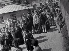 Γάμος στο Μέτσοβο. Λεύκωμα: ΜΕΤΣΟΒΟ. ΚΩΣΤΑΣ ΜΠΑΛΑΦΑΣ Old Pictures, Old Photos, Greece Photography, Great Photographers, Nostalgia, Folk, The Past, Greek, Memories
