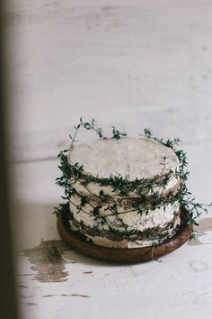 spice cake w/ cardamom-coffee icing. Even if I never get around to trying this recipe, I love the way she's wrapped the cake in fresh thyme. Slow Cooker Desserts, Winter Torte, Coffee Icing, Coffee Buttercream, Coffee Cake, Naked Cakes, Party Fiesta, Spice Cake, Noel Christmas