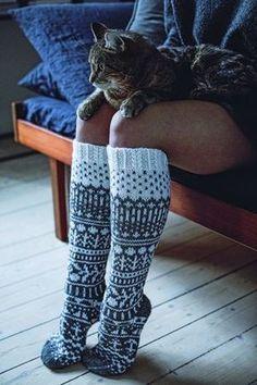 Syksy on iloinen asia, koska silloin saa laittaa jalkaan villasukat. Loom Knitting, Knitting Socks, Free Knitting, Crochet Socks, Knit Crochet, Wool Socks, Yarn Crafts, Diy Crafts, Knitting Projects