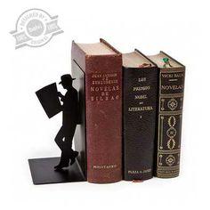 THE READER Kitap Tutacağı Siyah Metal şık ve elegan bir kitap tutucu.  Siyah rengi ile göz alıcı ve minimal bir tasarım. Ebatlar : 17 x 10 x 8 cm