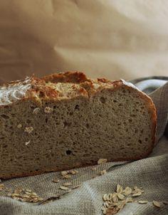 """Beim Brotbacken kommt es ganz entscheidend auf das Verhältnis zwischen Mehl und Flüssigkeit an: Je mehr Flüssigkeit (also Wasser, Milch, Bier o.ä.) ein Brotteig enthält, desto saftiger und haltbarer wird das Brot. Allerdings sind sehr flüssige Teige - gerade für Anfänger - schwierig zu verarbeiten. Deshalb haben sich die Bäcker etwas schlaues überlegt: Man mischt einen Teil der Flüssigkeit vorab mit anderen Zutaten (z.B. mit Mehl oder Flocken). Diese nehmen die Flüssigkeit auf und """"speic..."""
