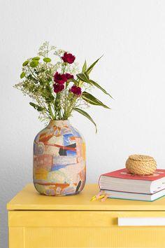 El jarrón MARRAKECH es una pieza de cerámica pintada a mano que anima cualquier rincón. Si además colocas un ramo bonito de colores llamativos, será uno de los puntos más alegres de la casa. Este modelo está inspirado en la cerámica artesanal del Mediterráneo y en sus largos veranos. ¿No te parece un jarrón ideal para tener en tu hogar?Cada una de las piezas en única, no hay dos jarrones iguales. #planter #maranta #macetero #rderoom Marrakech, Paper, Plants, Home Decor, 72 Hours, Model, Handmade Pottery, Hand Painted Pottery, Flower Corsage