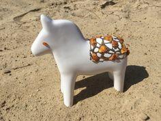 Konik ozdobiony bursztynem.           A horse decorated with amber.              150 zł