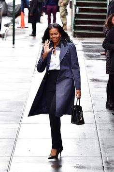 Barack and Michelle Obama Have a Casual Lunch With Bono in NYC Michelle Obama Fashion, Barack And Michelle, Michelle Obama Flotus, Moda Chic, Moda Boho, Celebrity Photos, Celebrity Style, Celebrity Babies, Black Women Fashion