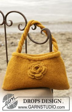 DROPS Felted bag with crochet flower in Alaska. Free pattern by DROPS Design. Drops Design, Crochet Flower Patterns, Crochet Flowers, Crochet Hook Set, Felt Purse, Knitting Supplies, Knitted Bags, Felted Bags, Crochet Purses