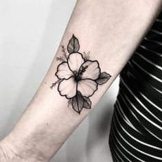 Tatuagem criada por Isabella Ramos (ramosis_) de São Paulo.    Flor em blackwork no braço. Hawaii Tattoos, Star Tattoos, Future Tattoos, Love Tattoos, Unique Tattoos, Body Art Tattoos, Tropical Flower Tattoos, Tattoo Designs, Shape Tattoo