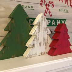 Wooden Christmas Crafts, Wooden Christmas Tree Decorations, Unique Christmas Trees, Wood Christmas Tree, Rustic Christmas, Holiday Crafts, Christmas Ideas, Pallet Christmas, Christmas Décor