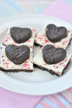 Easy, no bake, Chocolate Peppermint Bars are sure to be a hit as a delicious after dinner mint Chocolate Peppermint Bark, Peppermint Patties, Just Desserts, Delicious Desserts, Yummy Treats, Sweet Treats, After Dinner Mints, Shugary Sweets, Cupcakes