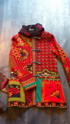 Toggle button coat in bright red orange pattern mix //heerlijk warm vest van… Fashion Mode, Boho Fashion, Textiles, Gypsy Style, My Style, Hippie Boho, Bohemian, Poncho, Refashion